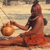 Žena k kmeňa Himba vyrábajúca maslo, Kaokoland
