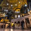 Turisti v interiéri Hagia Sofie